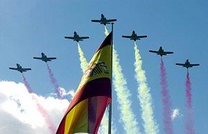 MD 09 Madrid 12/1072002.- La patrulla Aguila del Ejército del Aire surca el cielo de Madrid a la altura del Paseo Colón de la Castellana, recreando con su estela la bandera nacional, como parte del Desfile militar que celebra hoy la Fiesta Nacional de España. EFE/M.H. de León